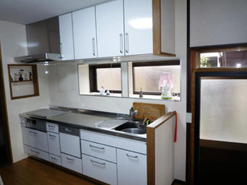 壁面収納棚と出窓をつけお洒落なキッチンに。