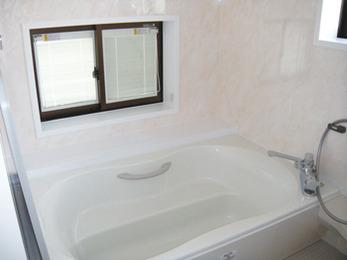冷たいタイルを全撤去。明るく手入れしやすい浴室に。
