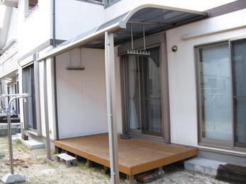 せっかくのテラス。雨の日も使えるように屋根を設置。
