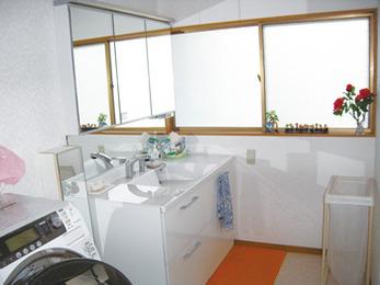 浴室改装に伴って洗面所も。広々空間に。