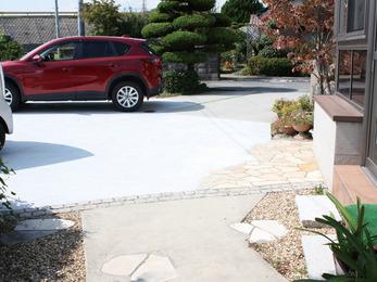 コンクリートで固めた駐車スペースです。雨の日でも土汚れの心配がなくなりました。