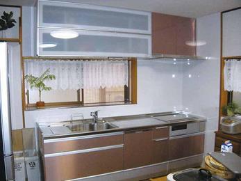 機能満載のエレガントなステンレス扉のキッチンを設置。