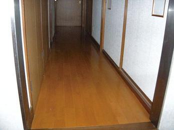 床のフワフワを解消し、耐久性に優れた床材に変換。