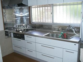 真っ白のキッチンで清潔感あふれる空間へ。