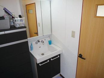 デザイン性のある洗面台設置でモダンな空間に。