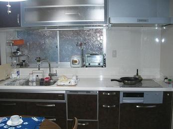 レザー調のパネルでモダンな印象のキッチンに。