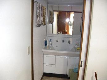 壁面いっぱいに活用90㎝幅の洗面台を設置。