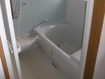 納戸を改造して浴室と洗面所に。