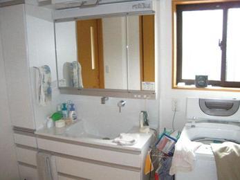 間口広々100cm巾の最高級洗面台を設置。