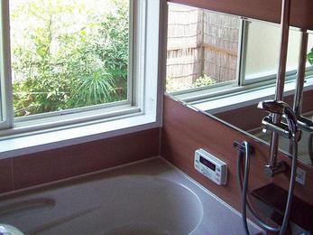 シャワーの高さは調節可能。広々と使い易い浴室に。