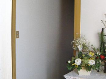 アクの出てきた壁紙を貼替、明るい廊下になりました。