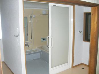 和室を改造し浴室と脱衣所を新設。