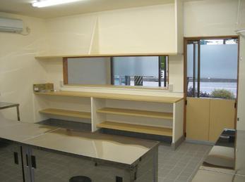 作業効率の良い厨房と収納しやすい対面カウンター。