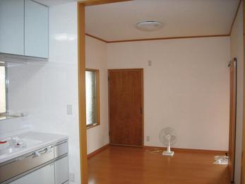 板貼りの壁を白いクロスに。空間に拡がりが。