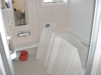 壁付きの棚が付いて清潔な浴室に。