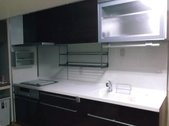 便利な自動昇降の棚、ダウンウォール付きキッチン。