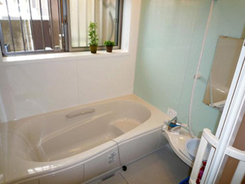 すべりにくい床材使用の安全・快適な浴室に。