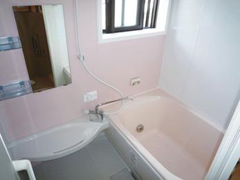 お掃除が簡単で明るい浴室に。