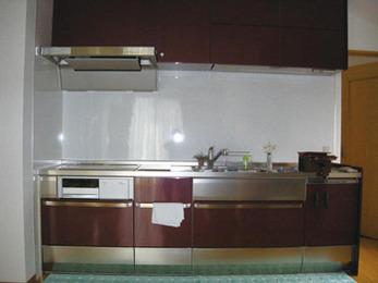 幅の広いキッチン設置でスッキリ空間に。