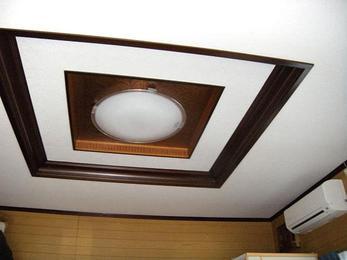 タバコのヤニで黄ばんだ天井をキレイにリニューアル。