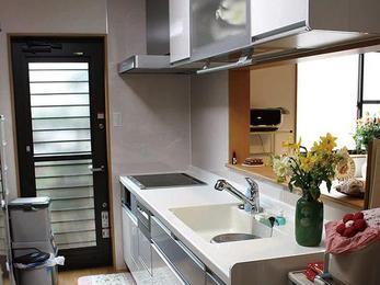 既存の間取りを利用し対面キッチンに改装。