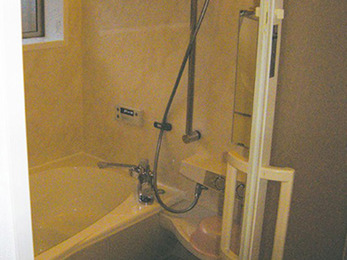 足を伸ばしたまま入浴できる、広々浴槽にリフォーム。