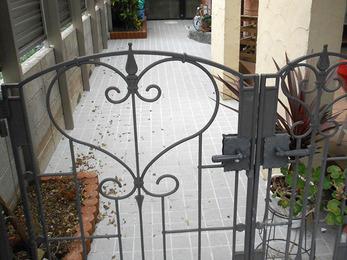 お洒落な洋風タイル貼りのすてきな玄関アプローチに。