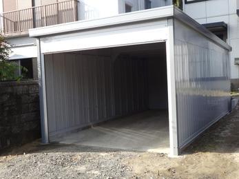 イナバ製の高品質で丈夫な車庫で安心です。