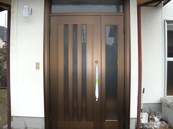 プラチナステン素材で、落ち着いた雰囲気の玄関に。