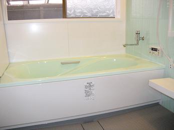 爽やかなカラーの清潔な浴室に