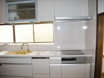 白色で統一された上品なキッチンになりました。