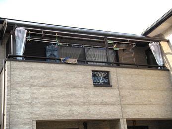 バルコニーに屋根を付けて雨風を防御。