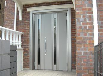 サイズピッタリ。1日で施工完了する玄関ドア。