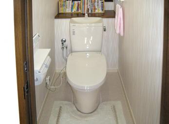 後ろの棚は活かして、トイレ全体のリフォーム。