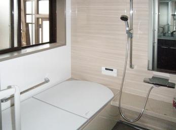 隣接する和室側に拡げ、念願の広々浴室を実現。