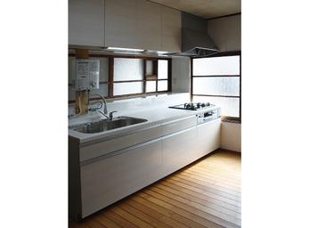 古くなったキッチンをシンプルに一新。
