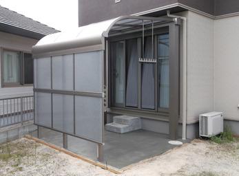 テラス屋根を設置し、室内から直接活用できるように。