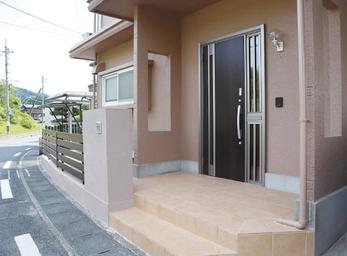 既存の塀の一部を活かし、お家の顔玄関を一新。